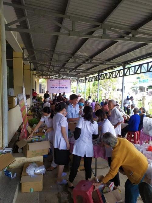 Chi đoàn Cơ quan Quân sự, Hội Chữ thập đỏ huyện và CLB Thầy thuốc trẻ huyện nhà tổ chức khám cấp thuốc miễn phí