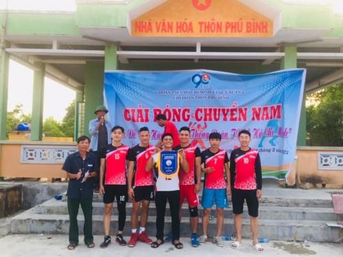 Chi đoàn thôn Phú Bình, xã Quế Xuân 2 tổ chức giải bóng chuyền nam chào mừng 90 năm thành lập Đoàn
