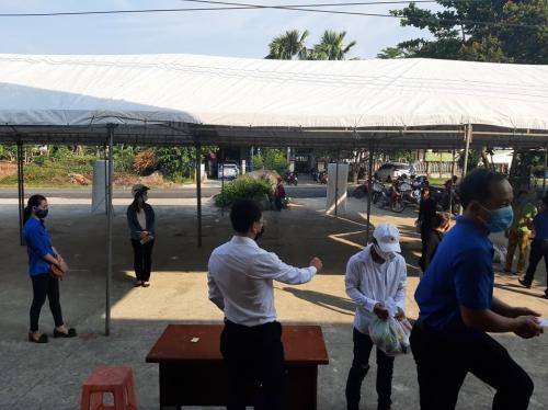 ĐVTN tham gia hỗ trợ triển khai siêu thị 0 đồng tại Quế Sơn