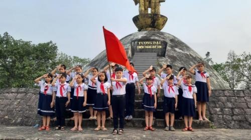 Liên đội TH Đông Phú: Tổ chức kết nạp đội viên tại địa chỉ đỏ