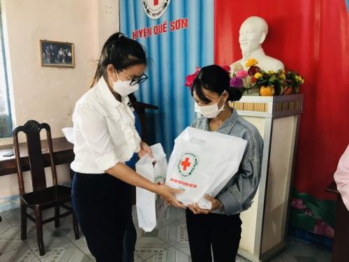 Phối hợp tặng quà cho trẻ em dưới 15 tháng tuổi có hoàn cảnh khó khăn