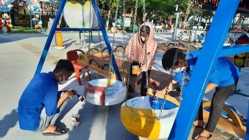 Quế Phú: sơn sửa khu vui chơi thiếu nhi cho trẻ em