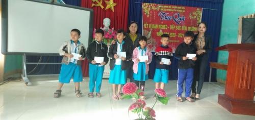 TH Hương An: Trao quà tết cho học sinh nghèo