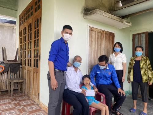 Thăm và tặng quà các gia đình nạn nhân bị nhiễm chất độc Da cam/Dioxin