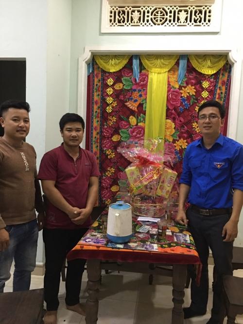 Thăm và tặng quà cho Bí thư Chi đoàn thôn, thanh niên nhập ngũ có hoàn cảnh khó khăn nhân dịp Tết Nguyên đán Tân Sửu 2021