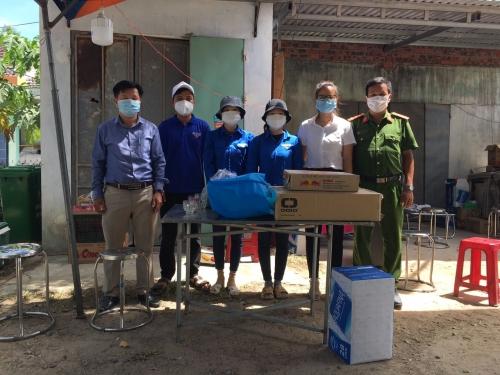 Thường trực Huyện đoàn thăm và tặng quà các chốt phong tỏa tại xã Quế Phú