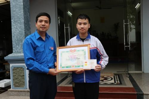 Trao tặng huy hiệu Tuổi trẻ dũng cảm cho học sinh cứu người đuối nước