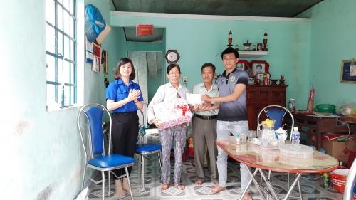 Tuổi trẻ Quế Sơn thăm và tặng quà cho TNXP nhân kỷ niệm 70 năm Ngày Bác Hồ tặng 4 câu thơ